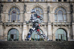 """Der """"Wertgigant"""": Ein Kunstwerk aus Elektroschrott sorgt für Aufmerksamkeit"""